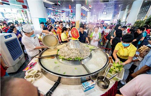 p59  番禺扒金山美食吸引眾多市民排隊品嘗。廣州日報全媒體圖片記者莊小龍I 攝