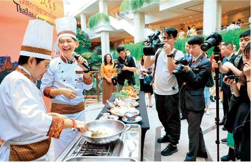 p60  來自泰國的著名大廚Yopicha Kachacheewa 先生為觀眾現場進行了泰國美食玫瑰花角和冬蔭功湯的廚藝表演。廣州日報全媒體記者駱昌威I 攝
