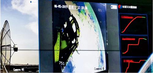 p29 6 月5 日,天链测控北京中心,我国首次海射的测控现场。