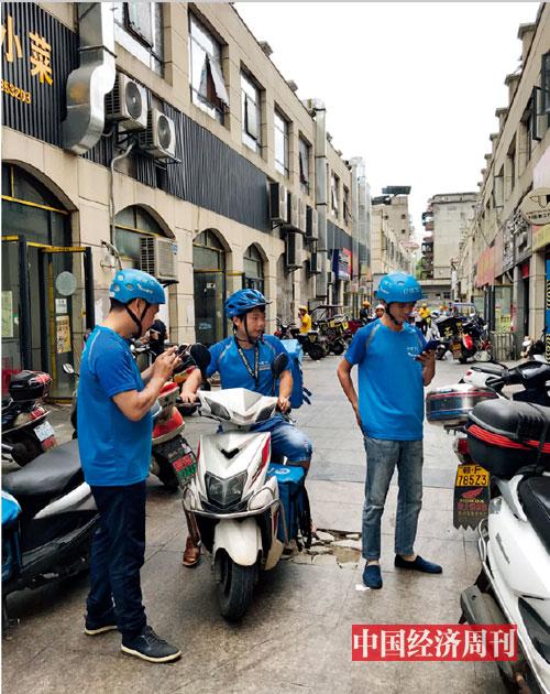 p83-2 江西抚州外卖一条街等待取单的蜂鸟骑手们 《中国经济周刊》记者 李永华I 摄