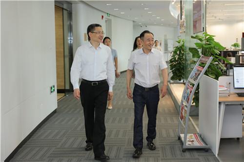 人民日報社副總編輯方江山(左)在中國經濟周刊做專題調研。中國經濟周刊總編輯季曉磊向其介紹周刊情況