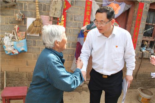 2  孟津县委书记杨绍春走访看望上沟村老党员郭素兰