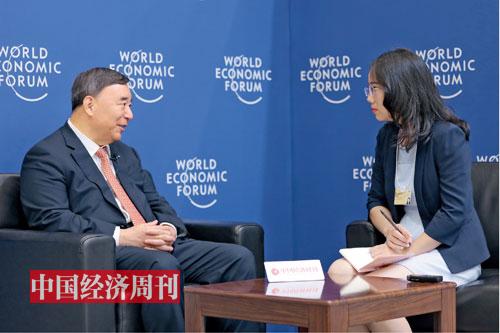 p45 中国建材董事长宋志平(左)接受《中国经济周刊》记者专访。 《中国经济周刊》首席摄影记者 肖翊|摄