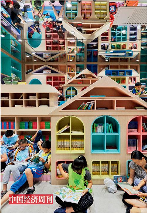 p57-1一层楼梯间右侧是儿童馆, 一座座鳞次栉比的小木屋好像北京四合院的门楼。