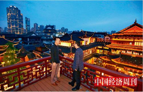 "p18-夜生活首席执行官胡俊杰(左)在海上梨园亲身体验""夜游豫园""-供图_-上海豫园"