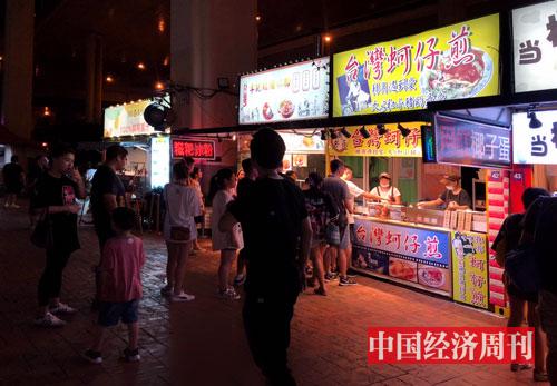 p18-锦江乐园夜市里各色小吃摊位深受游客喜爱-《中国经济周刊》记者---王雨菲_-摄