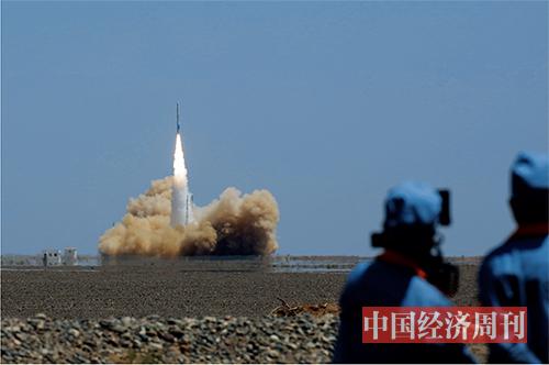 p24 双曲线一号运载火箭成功首飞后,星际荣耀团队在发射现场庆祝。《澳客彩票平台APP》首席摄影记者  肖翊  摄