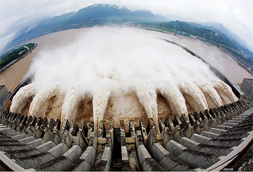 p30 2010年7月21日,三峡大坝已开启9个泄洪深孔和两个排漂孔泄洪。