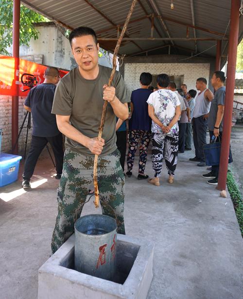驻村书记张利军说:缺水季节石滩村村民使用水窖储水解决饮水问题(姚玉龙摄)