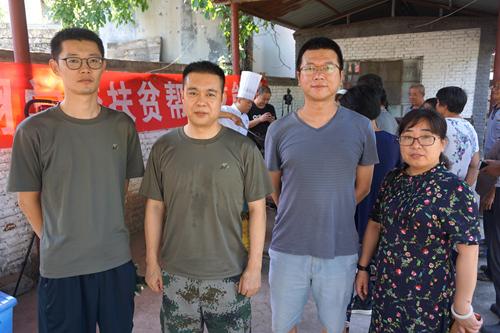 石家庄市裕华区人社局驻平山县石滩村工作队和培训负责人(姚玉龙摄)
