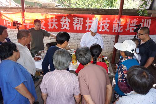 村民们在家门口学习烹饪技能很高是兴(姚玉龙摄)
