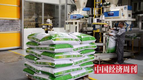 图4:工人正在将土壤调理剂产品封袋