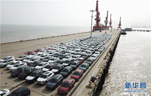 在位于上海临港的上海南港码头,新出厂的汽车等待装船转运(6月27日无人机拍摄)。 新华社记者 方喆 摄