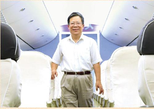 P35原上海飞机设计研究所副所长杨作利登上C919-展示样机-(-王脊梁_-摄)