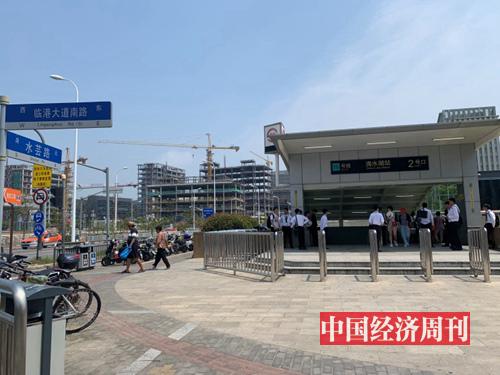 滴水湖地铁口,上海松江地区的房产中介特地赶来抢客源 (摄影 宋杰)