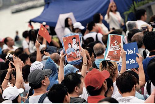 """p108-28月17日,香港市民在金钟添马公园举行""""反暴力、救香港""""大集会,呼唤和谐稳定,希望香港尽快回复社会正常秩序。"""