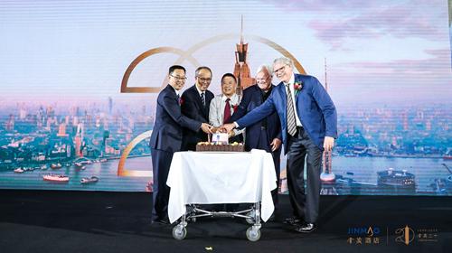 金茂酒店总经理唐咏邀请在场嘉宾一同许下对金茂大厦与金茂酒店的祝福