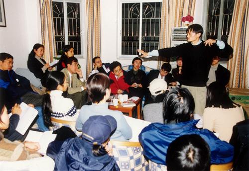 2000年,马云在湖畔花园给团队开会