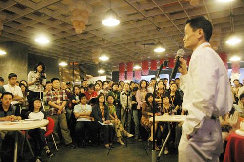 2005年,马云在第一个阿里日上演讲