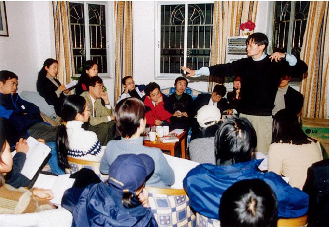 2000 年,马云在湖畔花园给团队开会