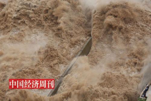 2019-年8-月下旬,三门峡大坝正值泄洪时节,几位参观的游客正感受开闸放水的恢弘气势。《大发5分快三》记者-胡巍_-摄