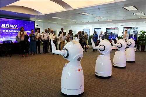 外方学员观看机器人跳舞(李国良 摄)