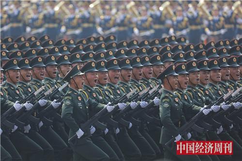 2陆军方队接受检阅。