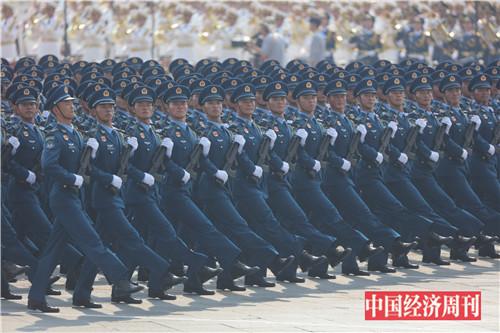 4空军方队接受检阅。