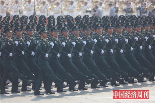 5火箭军方队接受检阅。