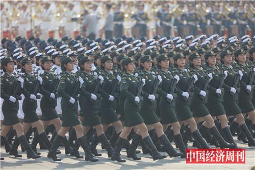 6行进中的女兵方队。