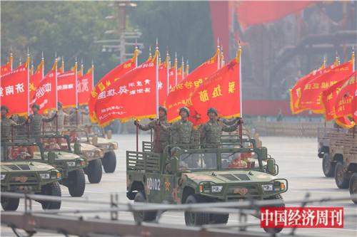 9由全军荣誉功勋部队组成的战旗方队浩荡而来。