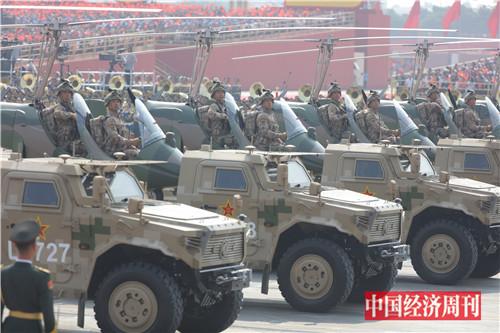 13这是特战装备方队。特战精英驾驭的新型特战装备,既有攻防一体的全地形车,又有空中突击旋翼机,可遂行立体攻防作战任务。