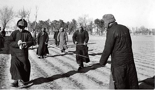 p14 北京市郊土地改革时农民在丈量土地 新华社