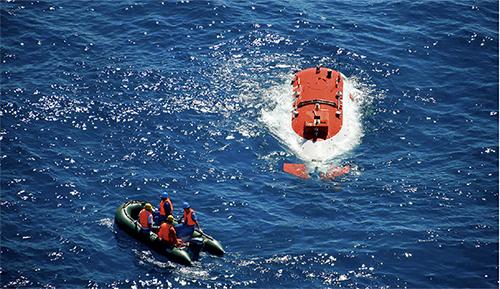"""p107 2010 年8 月27 日,我国第一台自行设计、自主集成研制的""""蛟龙号""""深海载人潜水器首次突破3700 米水深记录。此后,接连取得5000 米级和7000 米级海试成功。新华社"""