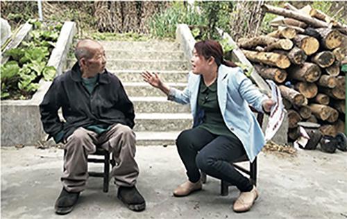 p45-22019年4月23日,陕西省安康市堰坪村扶贫工作队队员沈红进行入户探访。