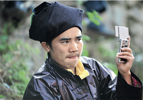 p48 2014年,贵州黎平铜关村村民使用手机上的为村平台。