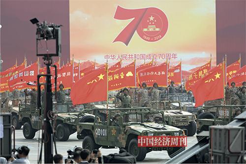 p56-57由全军荣誉功勋部队组成的战旗方队浩荡而来。