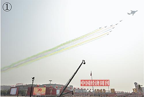 p58-1领队机梯队率先飞临,空军司令员丁来杭上将在空警- 2000预警机上担任指挥。空军八一飞行表演队8 架歼- 10 战机护卫两翼。七道彩烟寓意着新中国70 年的光辉历程。
