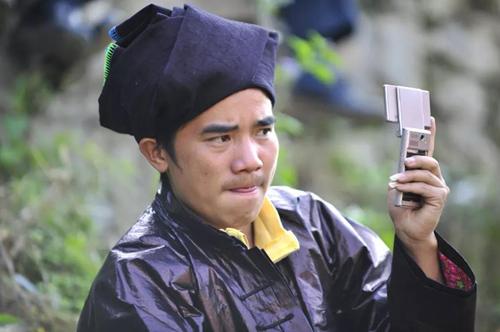 2014年,贵州黎平铜关村村民使用手机上的为村平台。