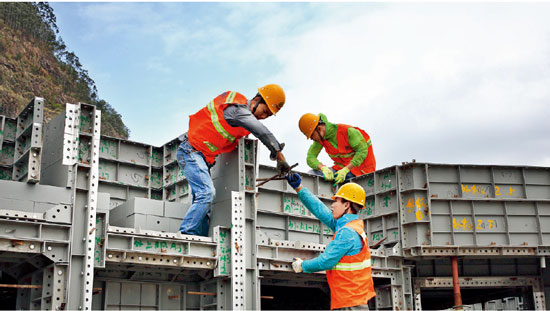 碧桂园就业扶贫项目—— 英德扶贫对象在合作铝模厂进行产业工人培训