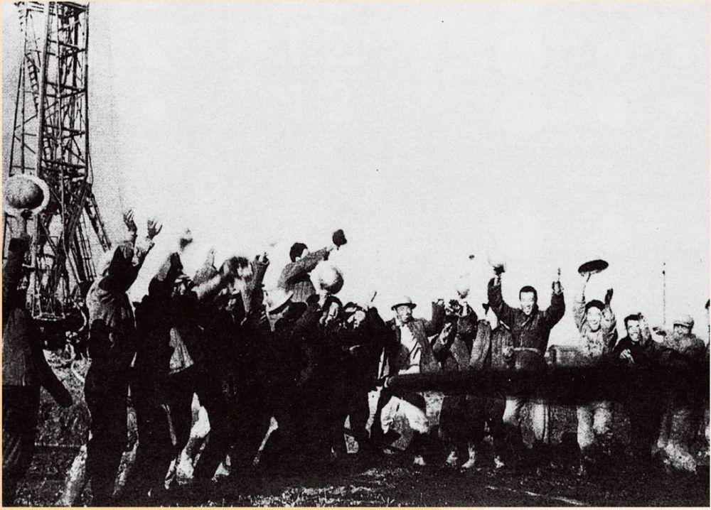 1959 年,黑龙江大庆油田工人欢呼第一口油井试喷成功。视觉中国