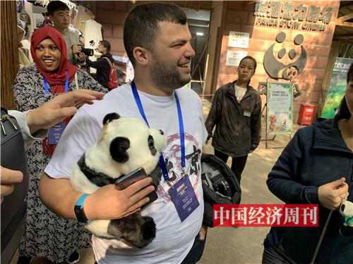 来自黎巴嫩的学员买了一只大熊猫玩偶。