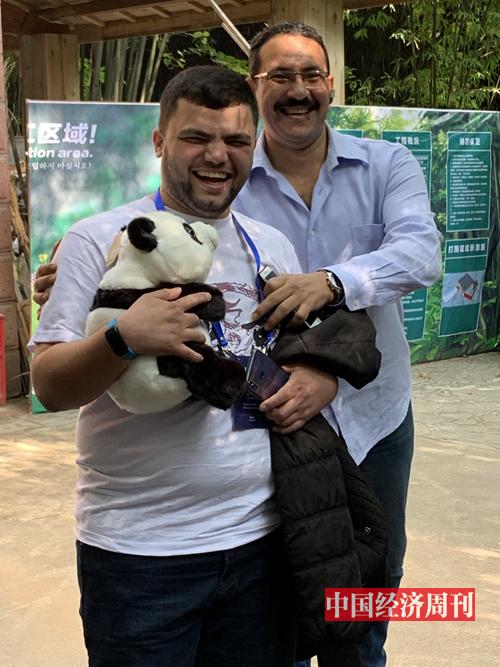 來自黎巴嫩的學員買了一只大熊貓玩偶,引來其他學員前來要求合影。