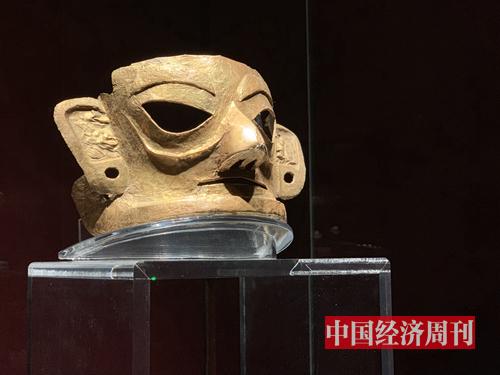 金沙遺址博物館陳列的金面具,這是目前中國發現的同時期形體較大、保存最完整的金面具,反映了古蜀文明發達的巫術、宗教文化,同時也展現了古蜀先民對黃金制品的崇拜。