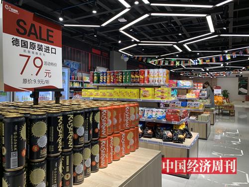 成都國際鐵路港的商店里,進口商品琳瑯滿目。