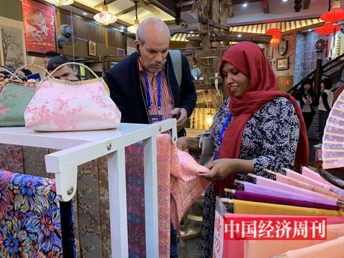 學員們在成都錦里古街的商鋪參觀、購物。