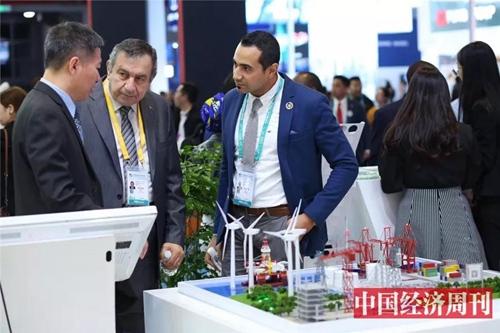 外国参展商与中国客户讨论合约细节
