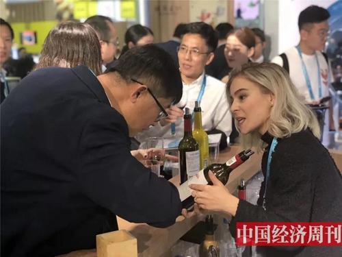 东欧酒庄参展商在推销红酒
