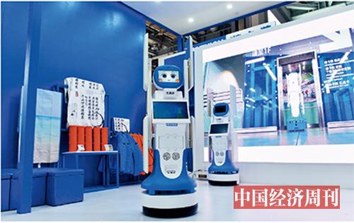 """p24 RFID 智能盘点机器人""""迪宝""""在现场展示了自己的盘货本领。"""