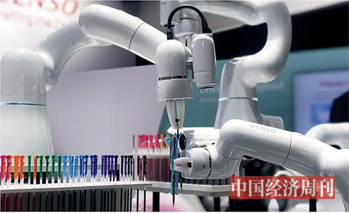 p25 日本电装公司的机械手臂演示精细化操作:如何协同装好一支多色圆珠笔。